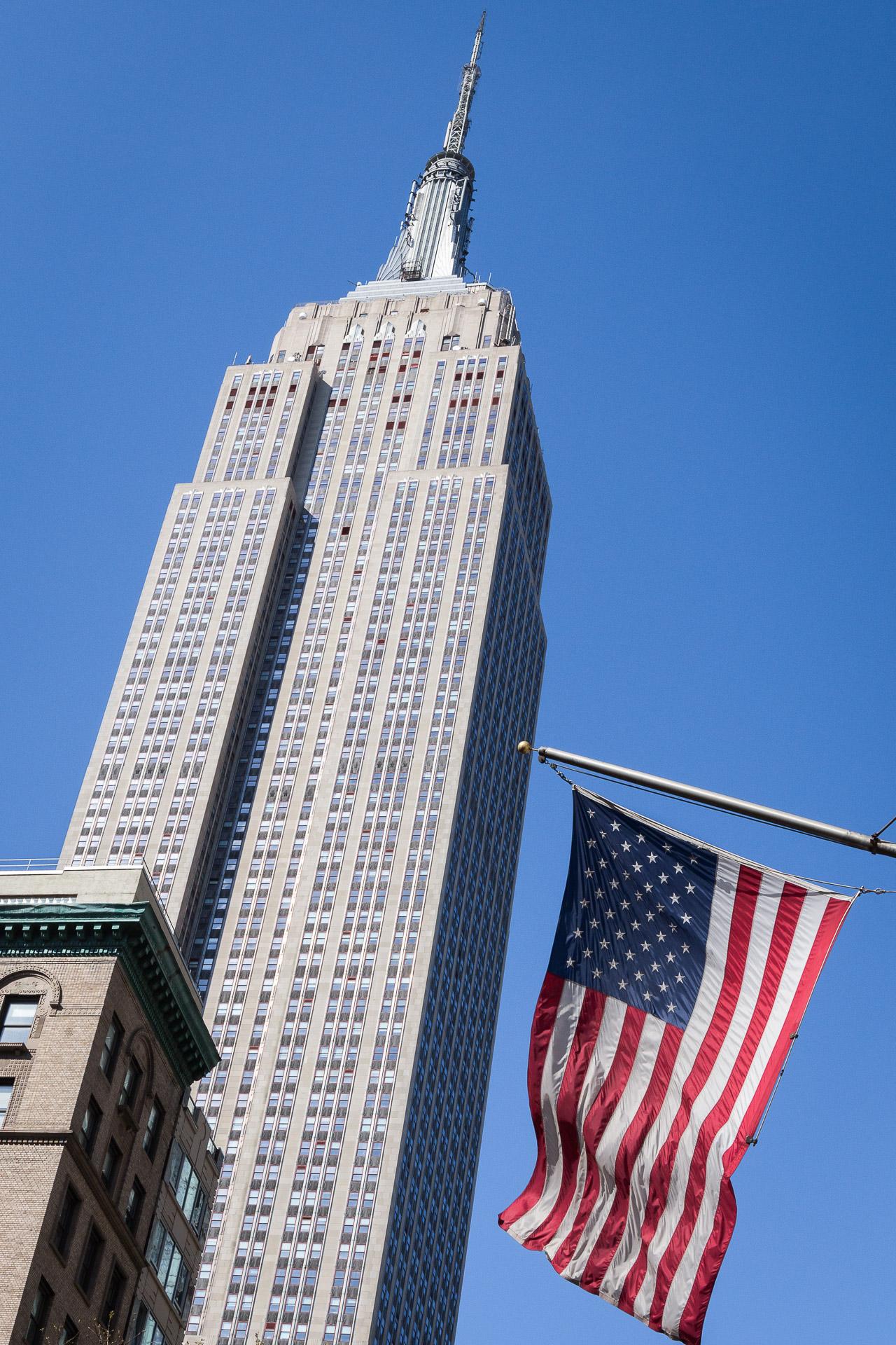 Empire State Building und US-Flagge