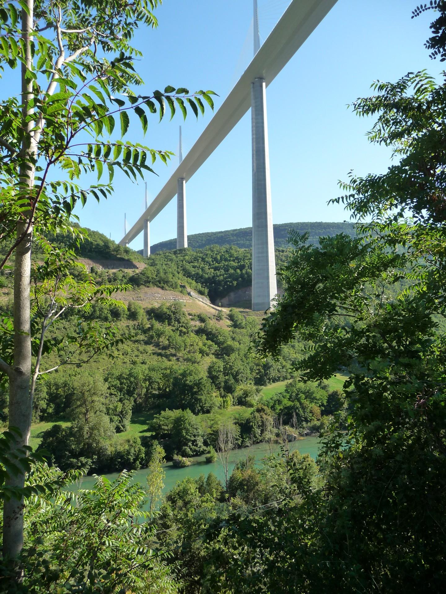 Viaduc de Millau in natürlicher Landschaft