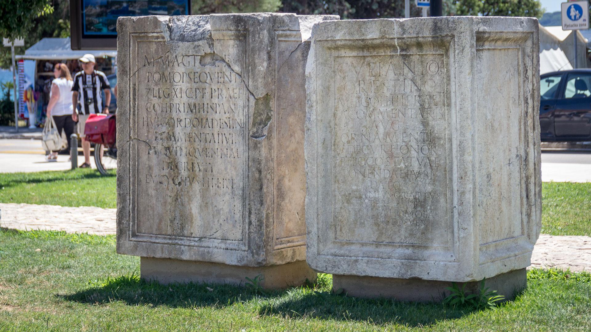 Steine mit Inschriften auf dem Forum