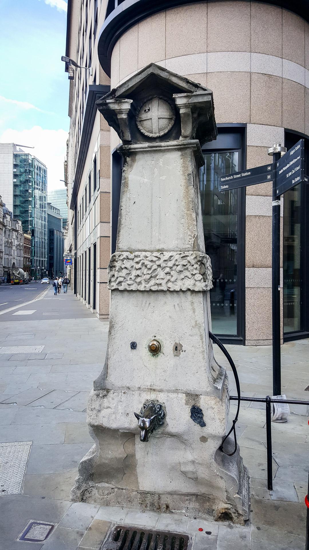 Die Aldgate Pump an der Gabelung Fenchurch und Leadenhall Street.