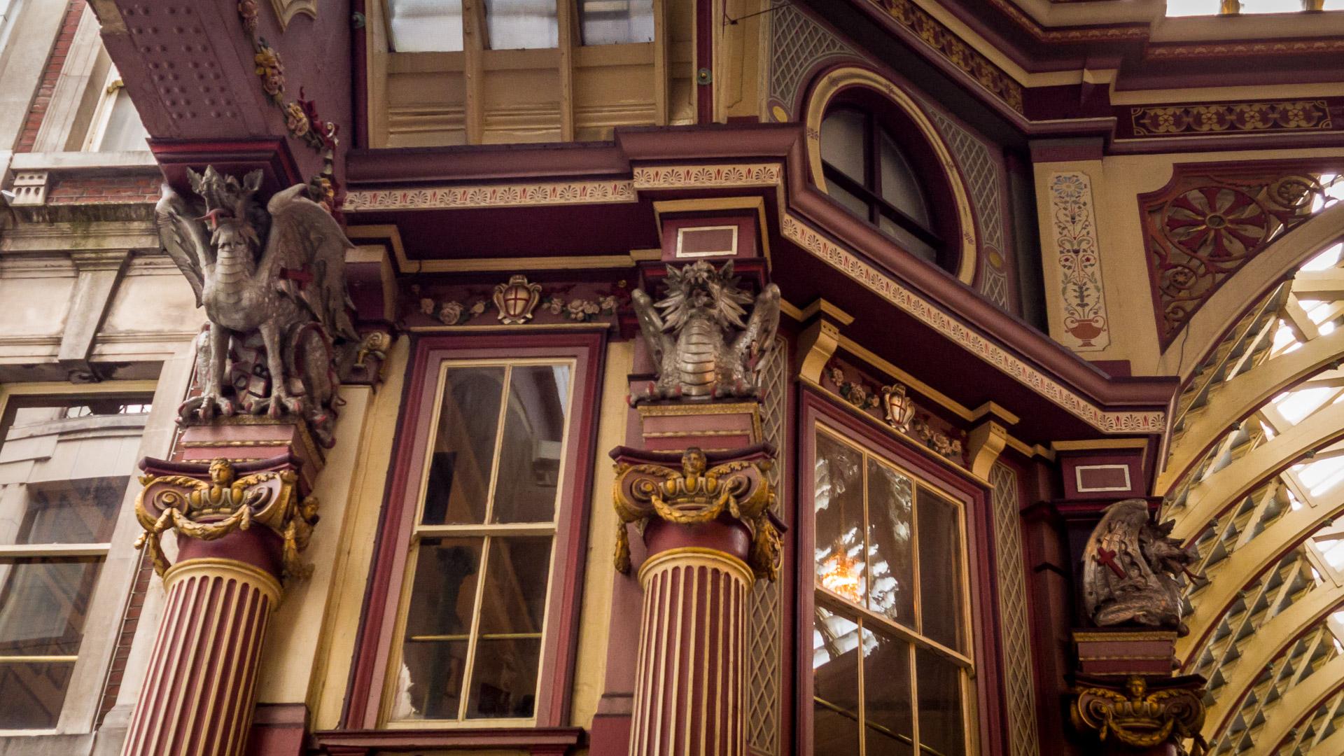 Drachen sitzen auf den Säulenabschlüssen