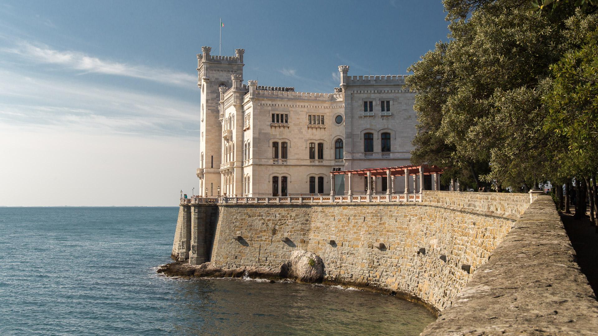 Blick vom Weg auf das Schloss