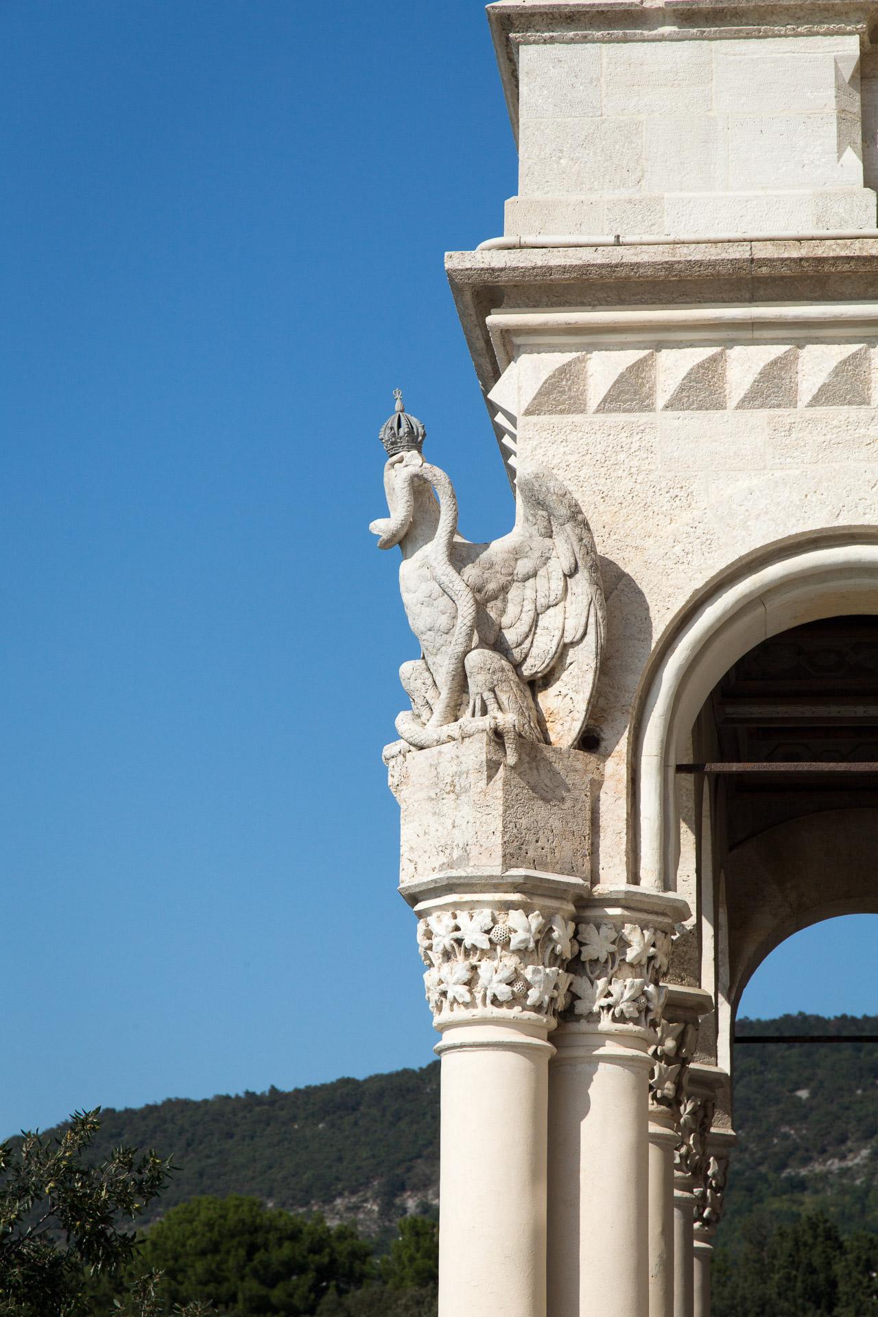 Adler mit Schlange an der Fassade von Schloss Miramare