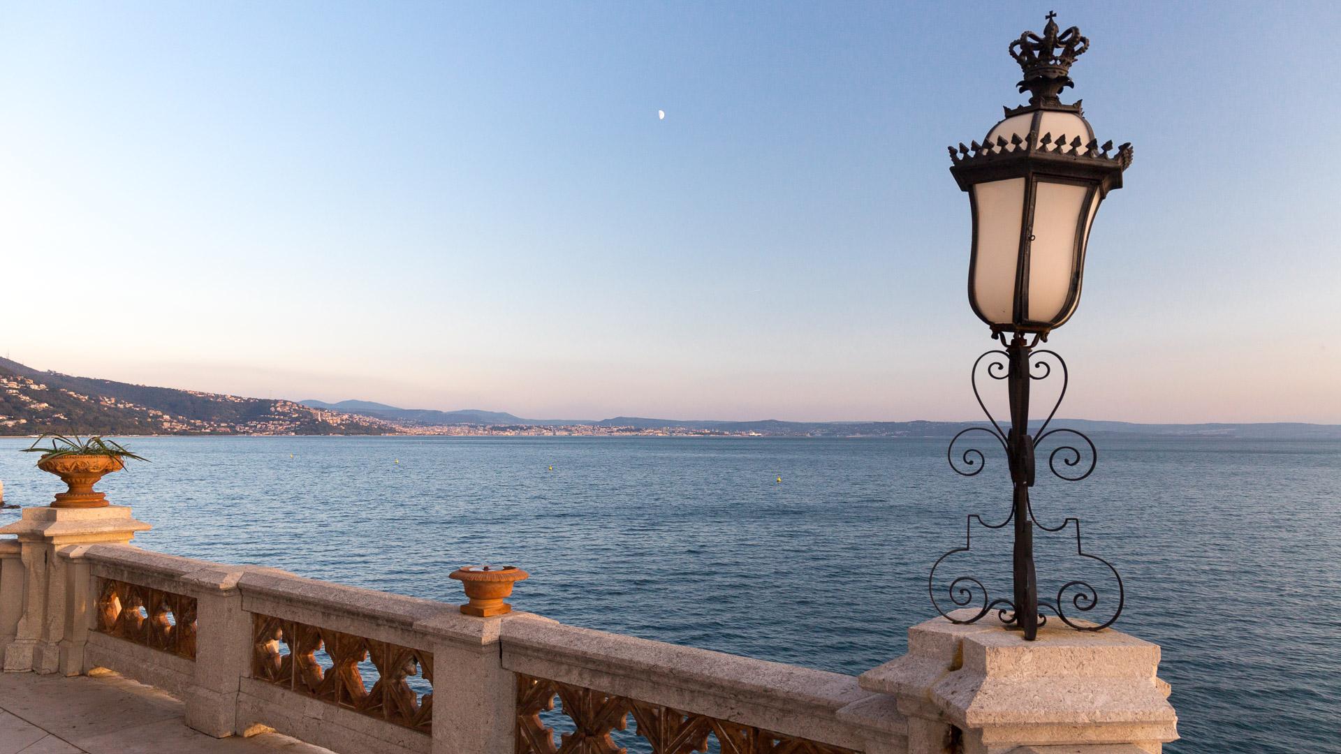 Blick von der Terrasse des Schlosses Miramare