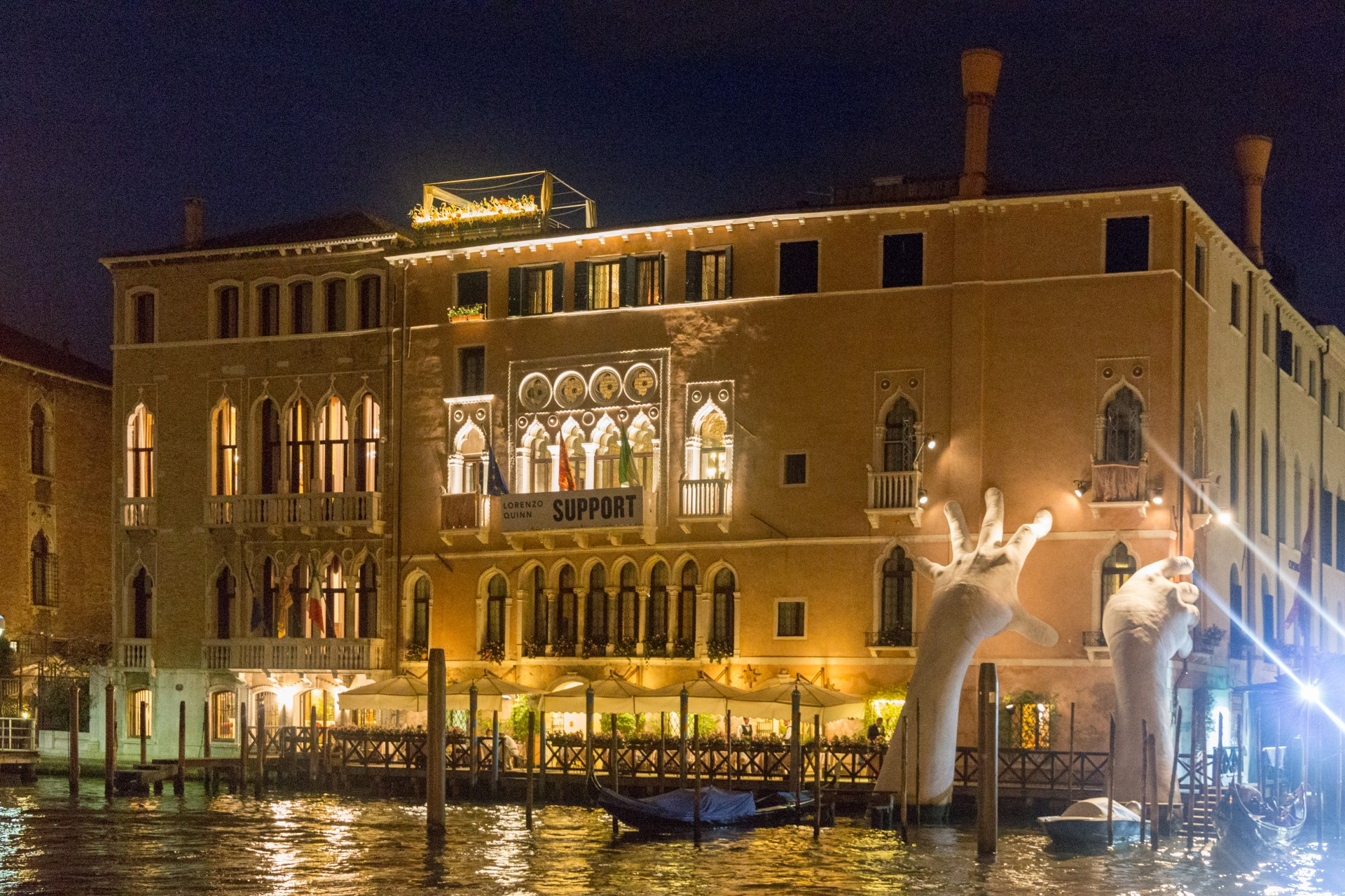 Venedig, stützende Hände im Canale Grande zur Biennale