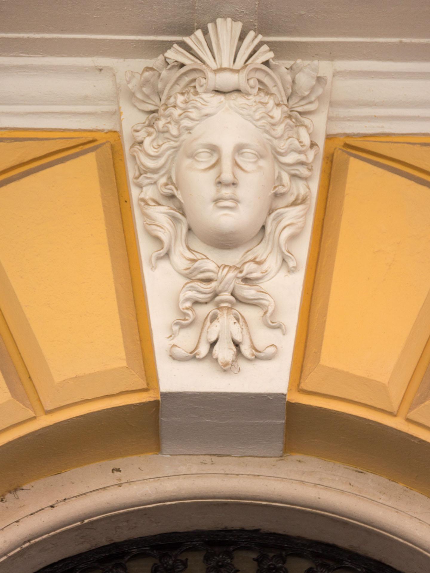 Relief über einem Eingang