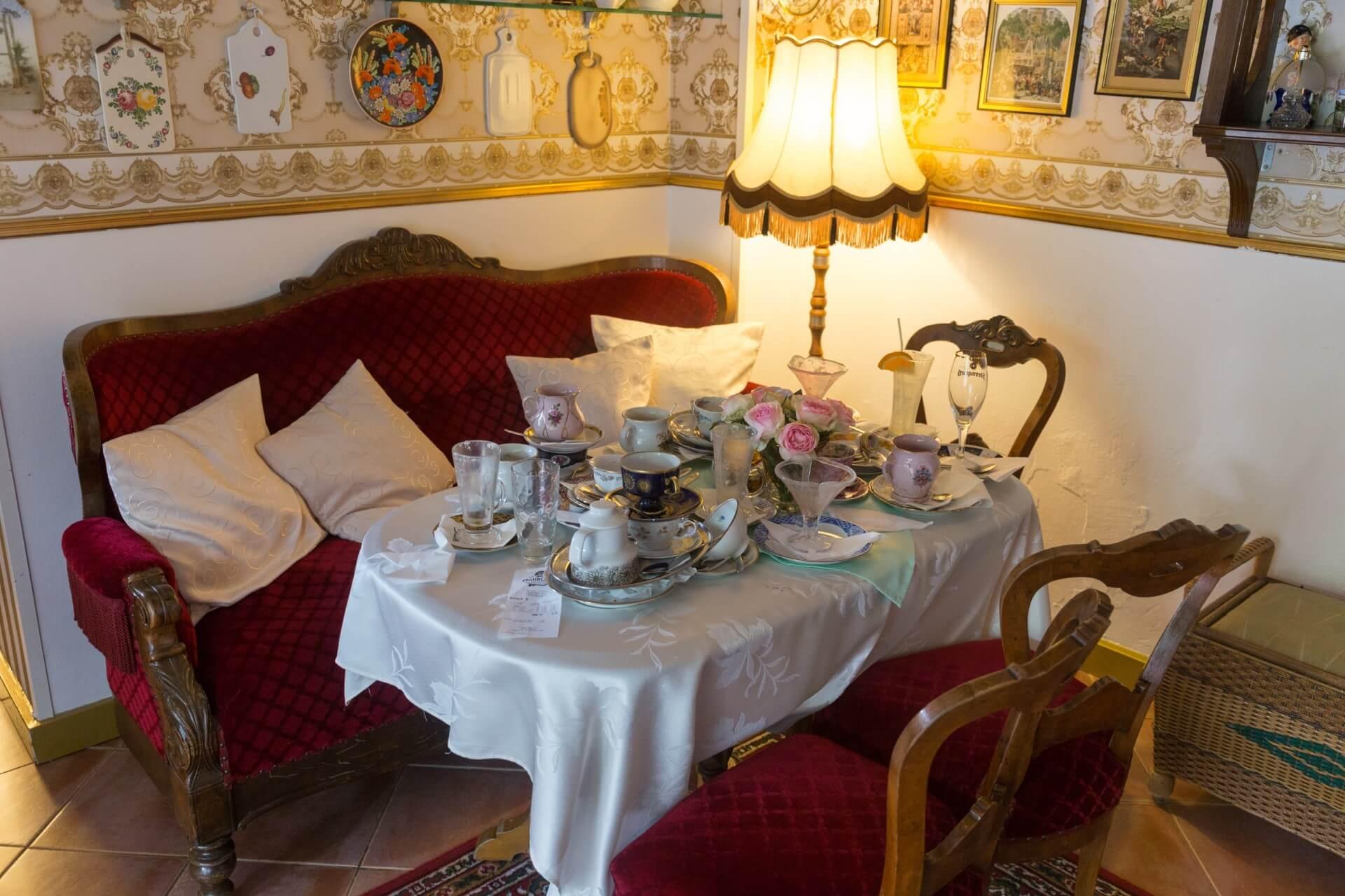 Sofaecke im Antik-Café