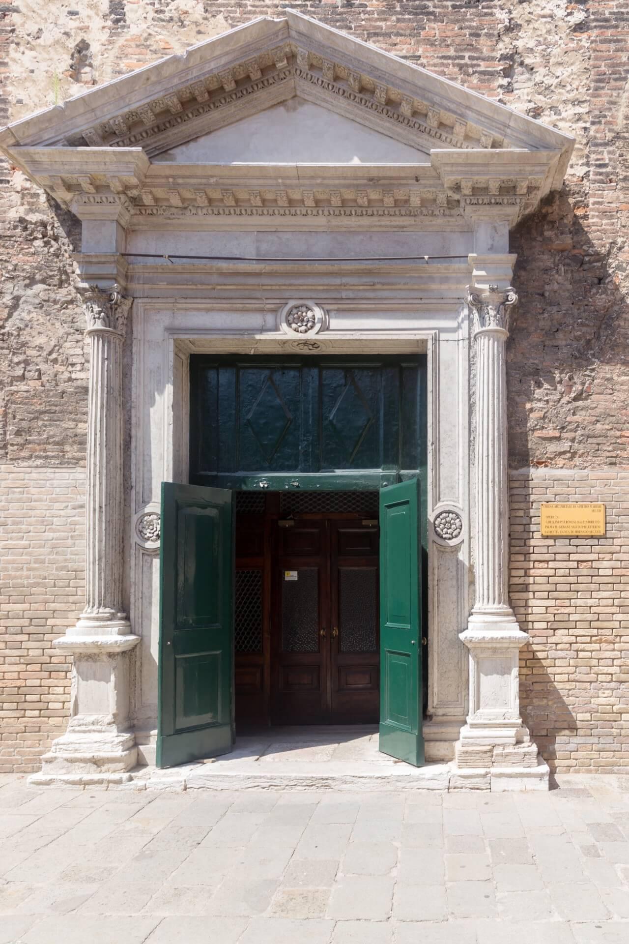 Eingang von San Pietro Martire auf Murano