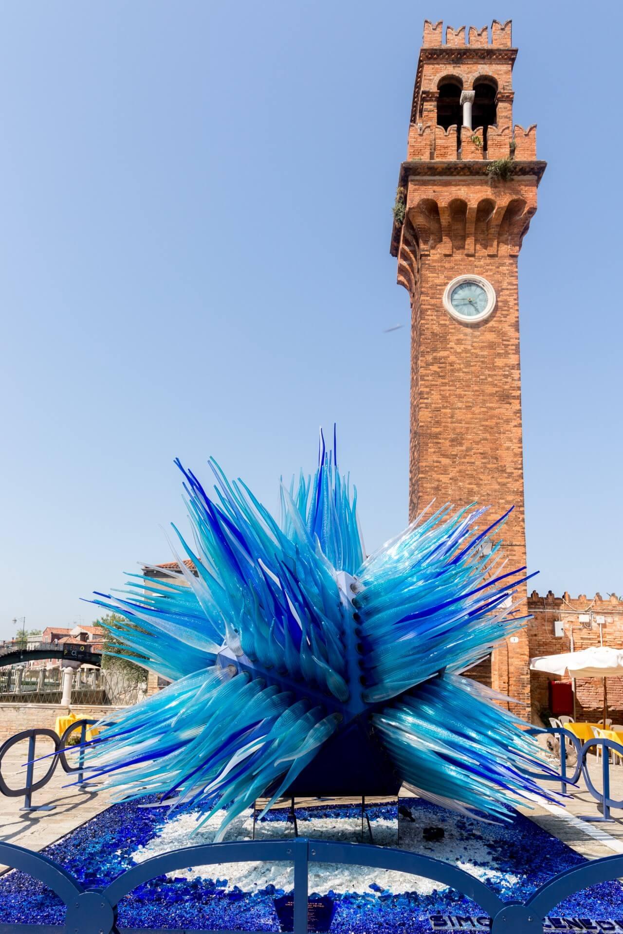 """Uhrenturm mit Glasskulptur """"Cometa die Vetro"""""""