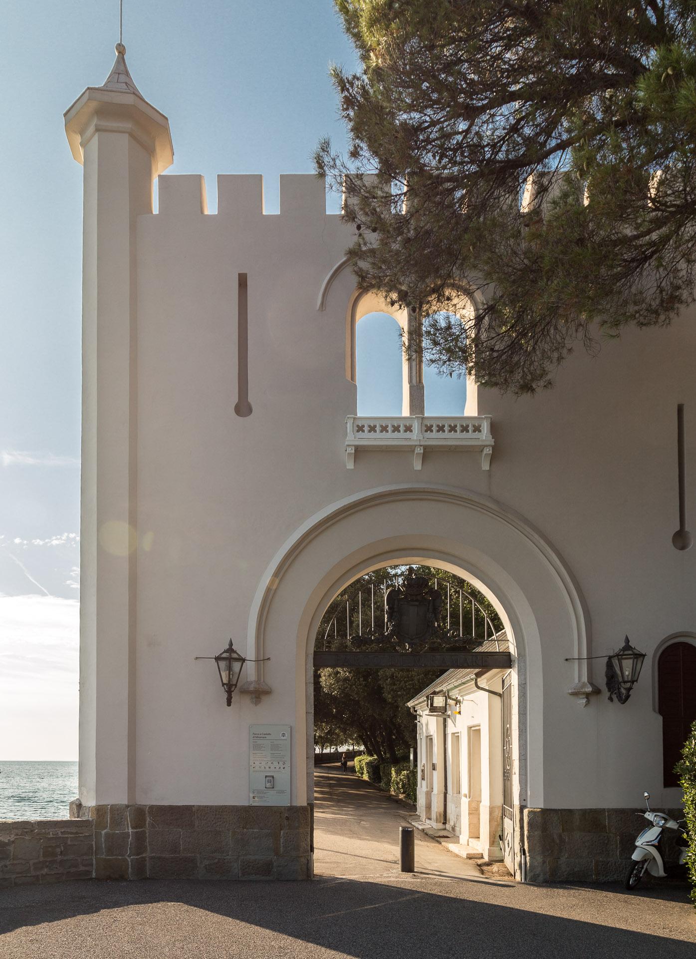 Eingang zum Park von Schloss Miramare
