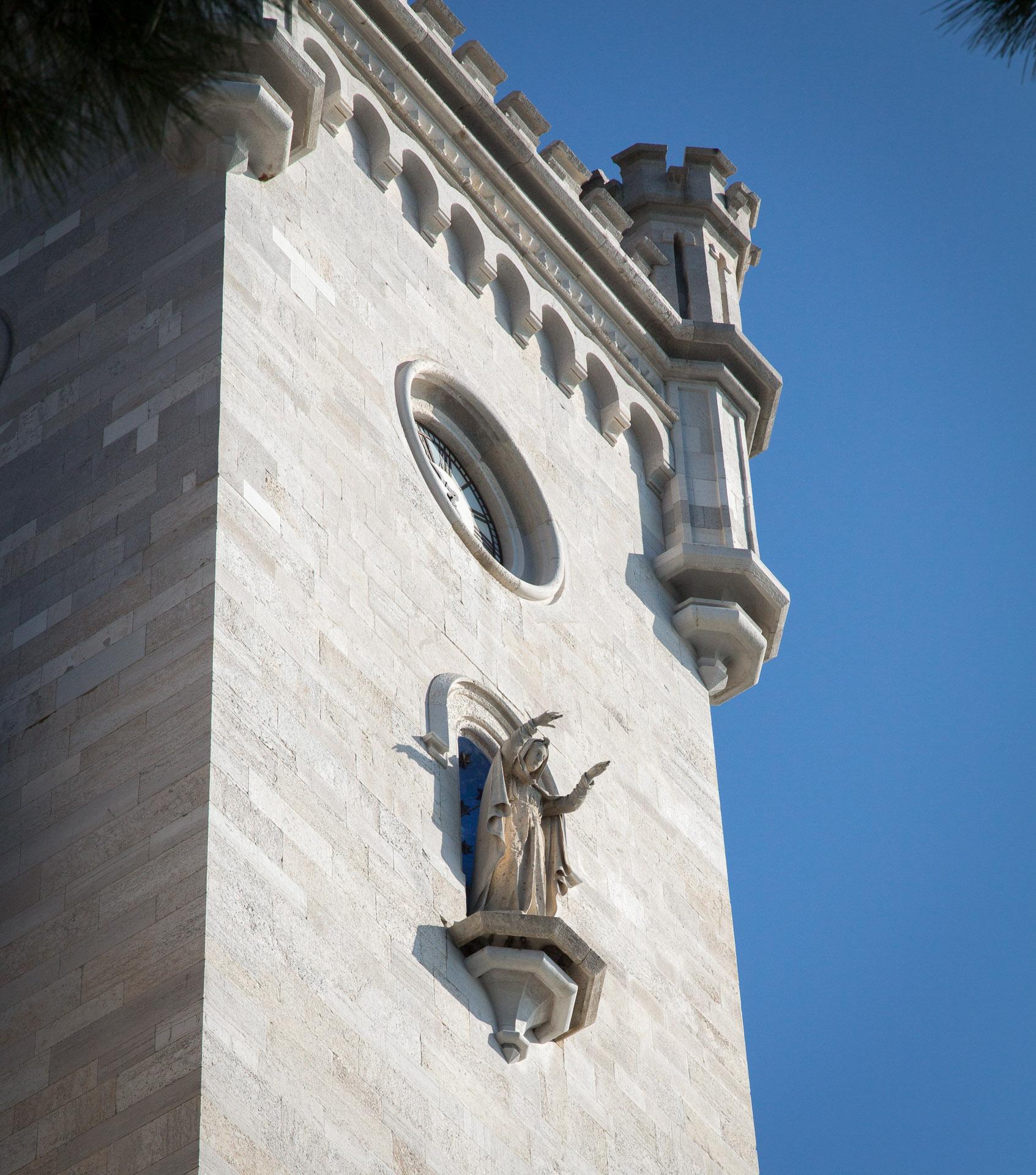 Statue am Turm
