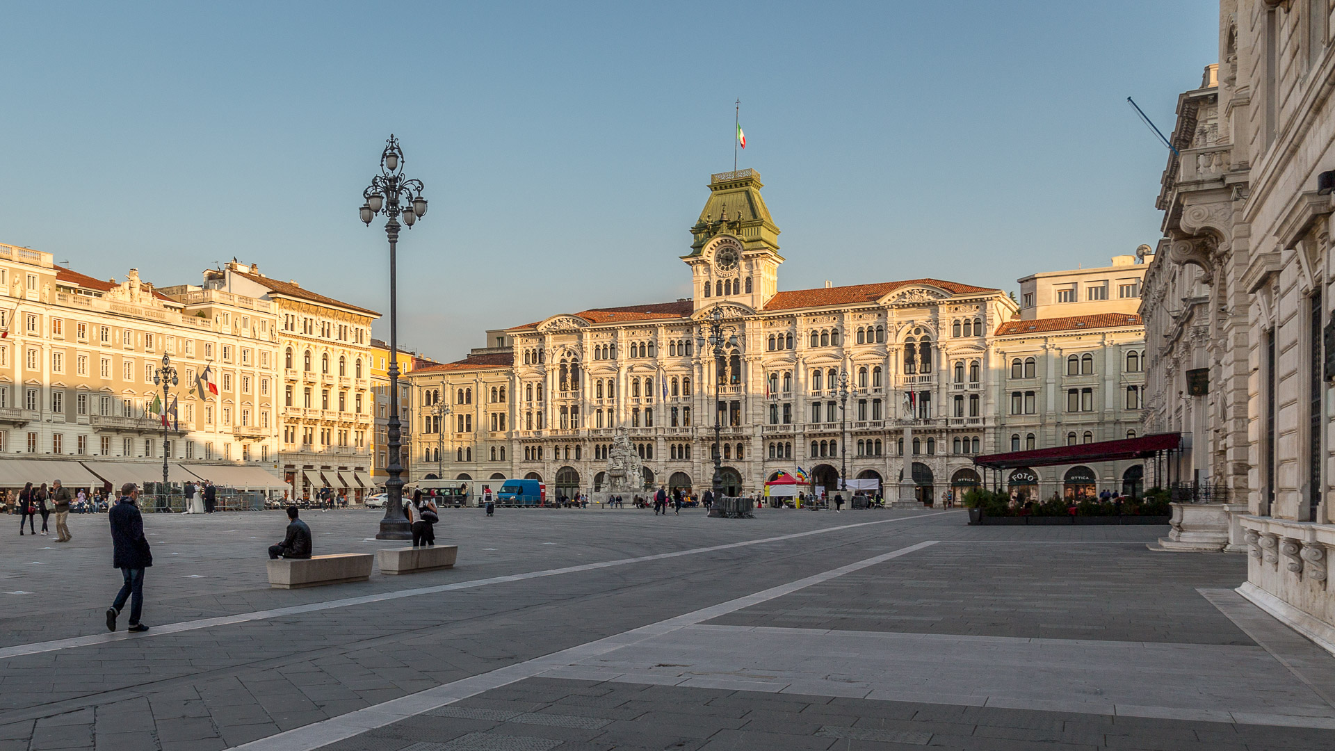 Piazza dell'Unità d'Italia mit dem großen Rathaus am Ende