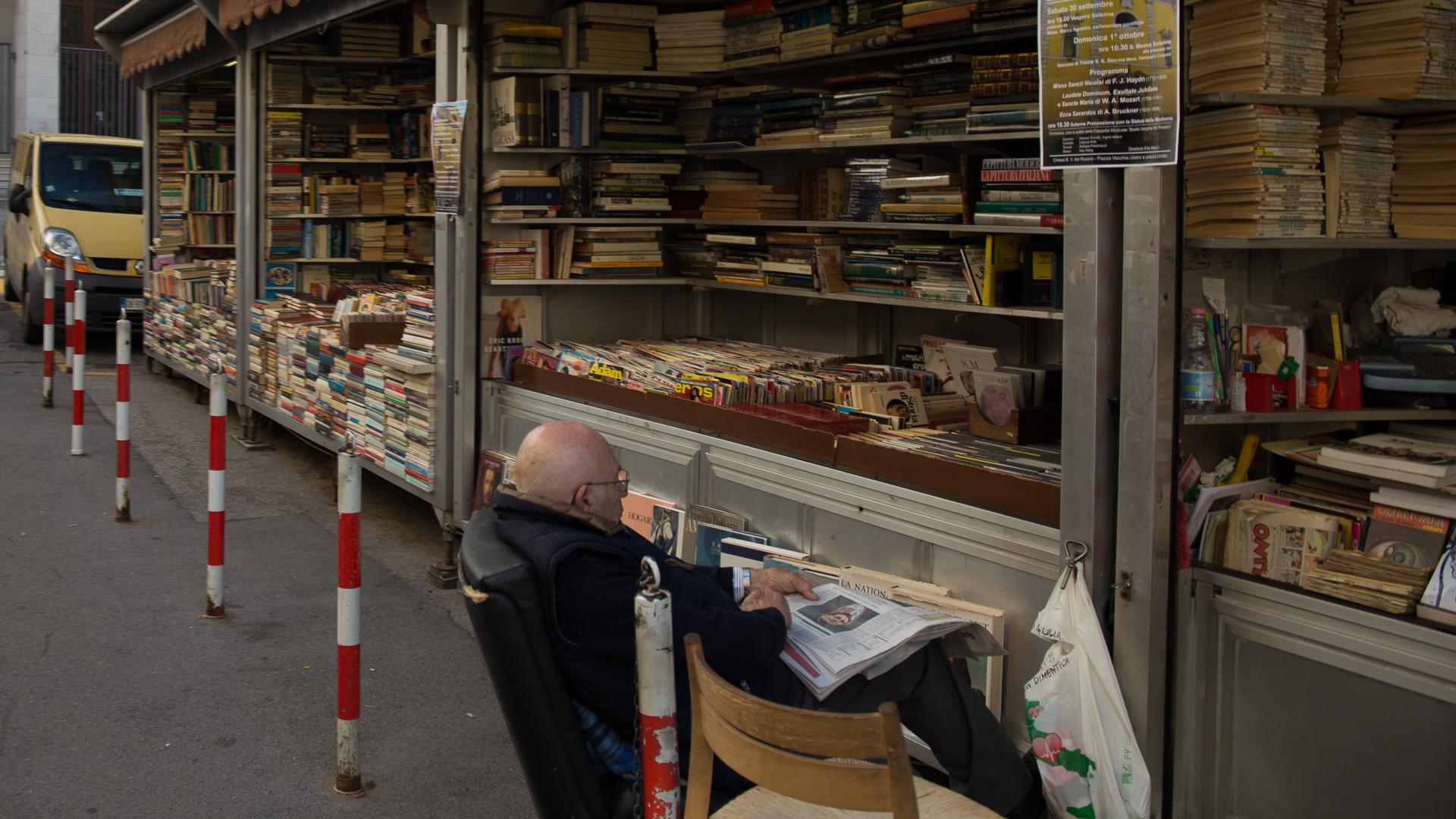 Ein Buchverkäufer im Jüdischen Viertel