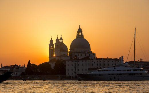 La Salute in Venedig beim Sonnenuntergang vom Vaporetto aus gesehen