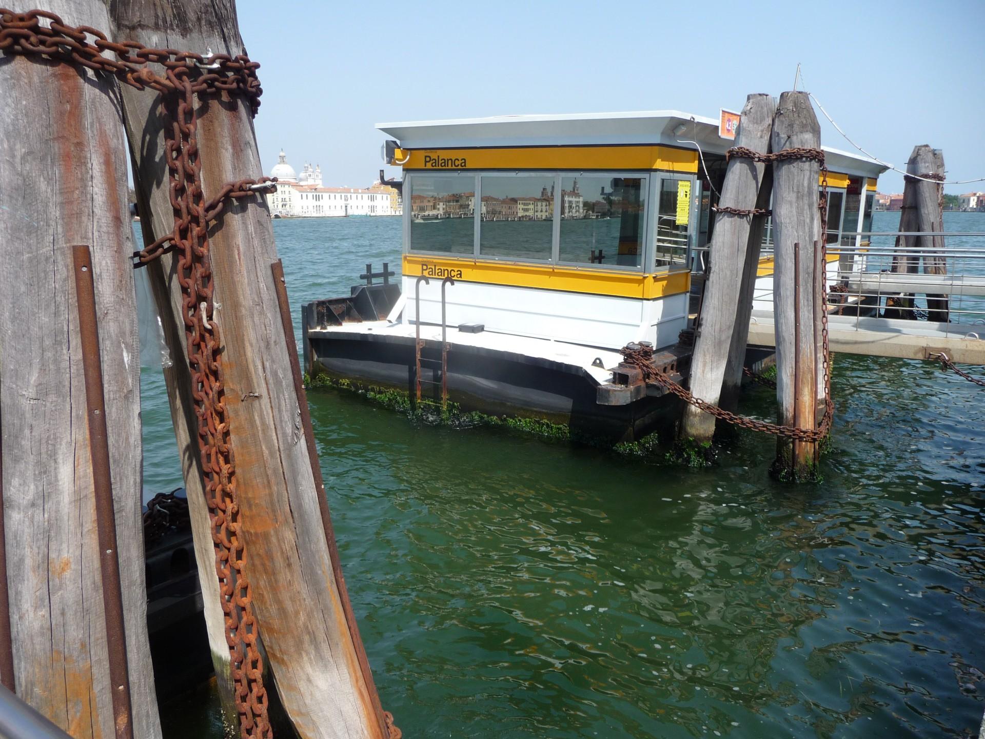 Venedig, schwimmende Haltestelle für die Vaporetti