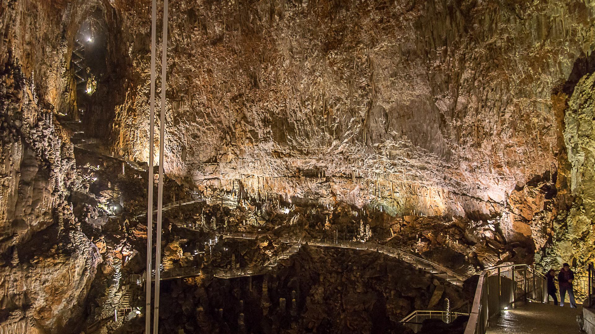 Die Stege in der Höhle und die Schläuche mit den Pendeln