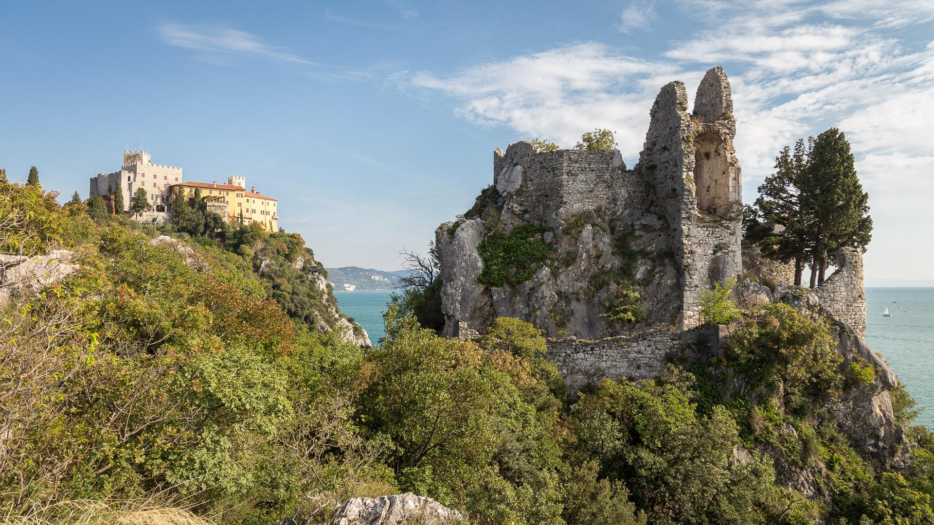 Die Ruinen der Burg und das Schloss Duino dahinter