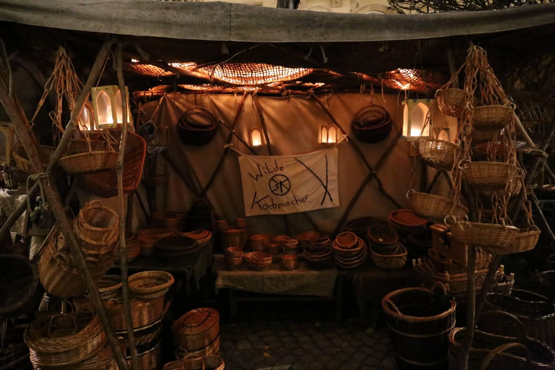 Korbmacher auf dem Mittelalter-Weihnachtsmarkt zu Leipzig