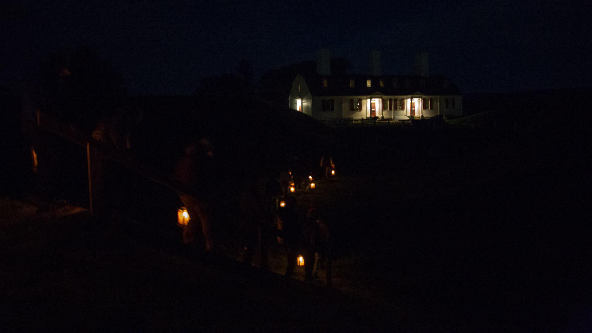 Die Gruppe kehrt vom Friedhof zum Fort zurück