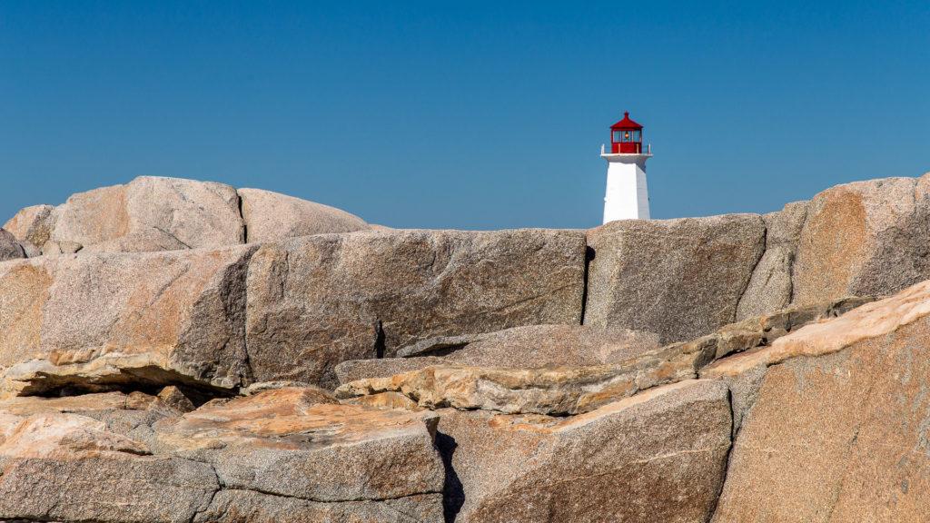 Der Leuchtturm verliert sich im Granitmeer